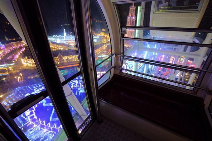 18時〜「光の観覧車」&「光と噴水の運河」。極彩色のイルミを満喫
