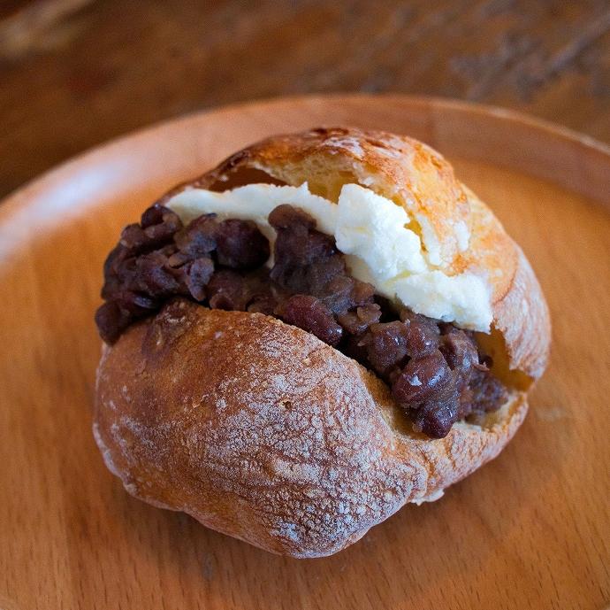 併設カフェで出来たてパンを食べよう!