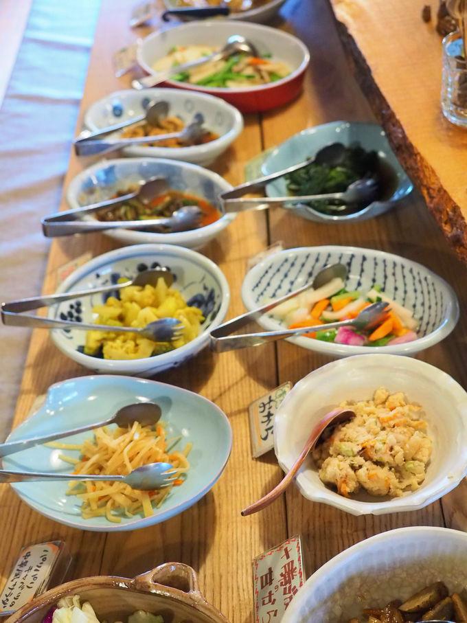 シンプルでヘルシーな食事は、面白い地元産食材がいっぱい