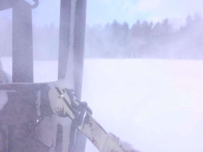 雪煙巻き上げて疾走する「雪上バギー」でトマムを探検