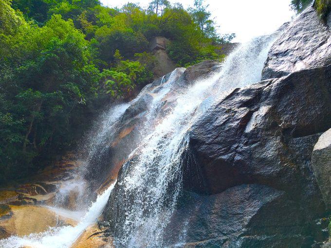 とにかくパワフル!雄滝は水しぶきを間近で!