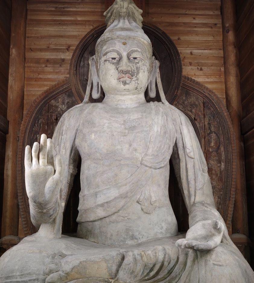 本堂に坐す、風格のある白い巨像「岡寺大仏」