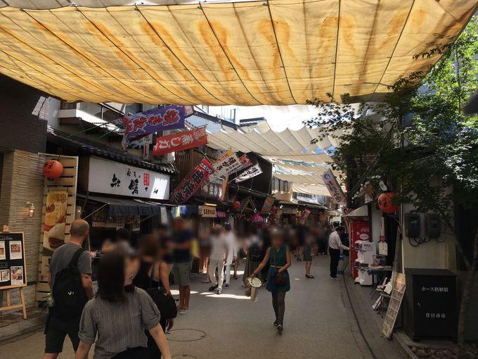 お土産店が立ち並ぶ宮島表参道商店街