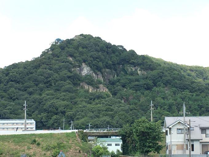 特異な地質の神秘の山「鶴嘴山」