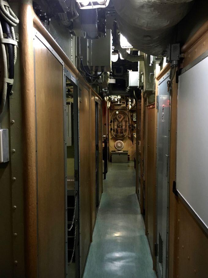 薄暗くて狭い潜水艦内部