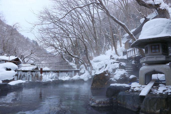 かけ流しの大露天風呂で雪見を楽しむ