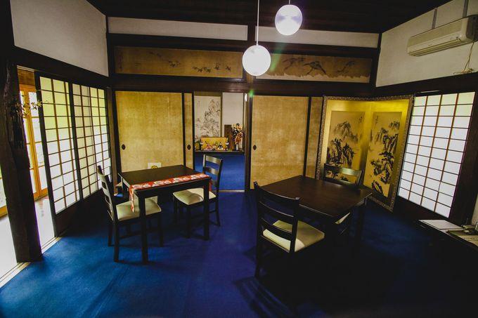喫茶スペースを彩る襖絵や屏風