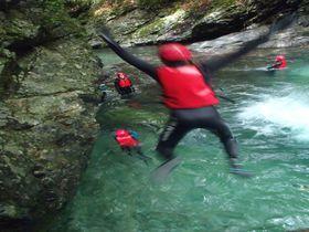 奥吉野で発見!滝壺ダイブ、天然のスライダー、迫力満点のキャニオニング体験!