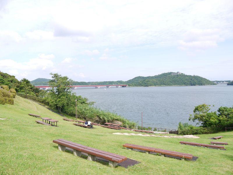 SAの奥に日本で10番目に大きい浜名湖を一望できる芝生公園