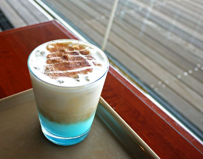 水色の不思議なカフェラテ