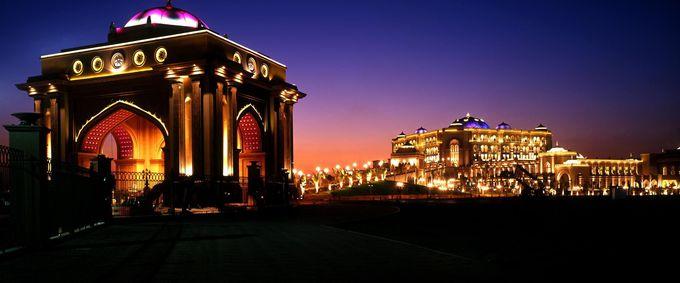 宮殿のように輝く夜のエミレーツパレス