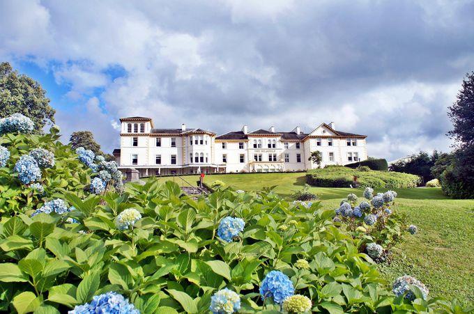 約7000坪の庭園からウインダミア湖を望む、丘の上のエレガントなホテル
