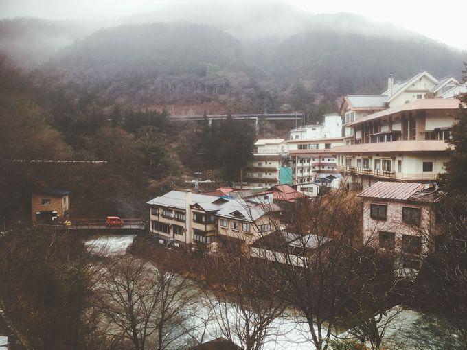 山に囲まれてひっそりと湯をたたえる温泉郷