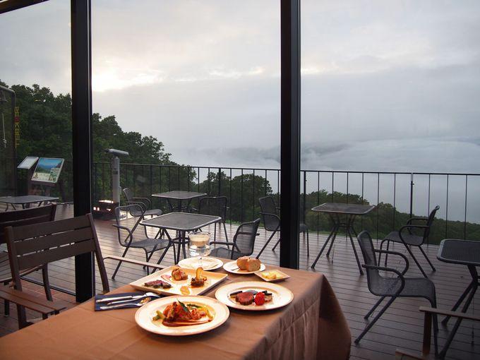 沈む夕日、雲海の中でフルコースを。「サンセットディナー」