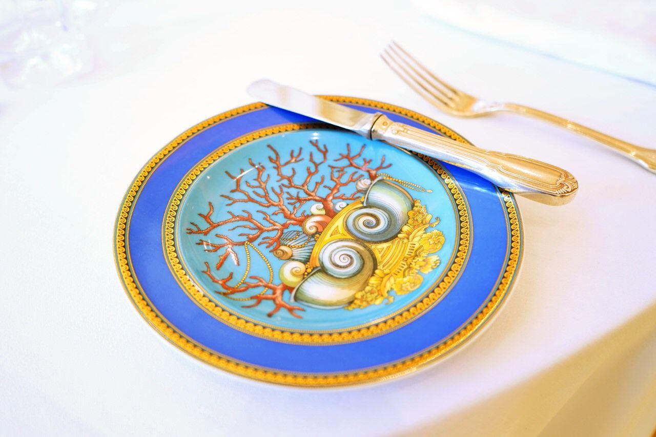 食器やアートも全てヴェルサーチ
