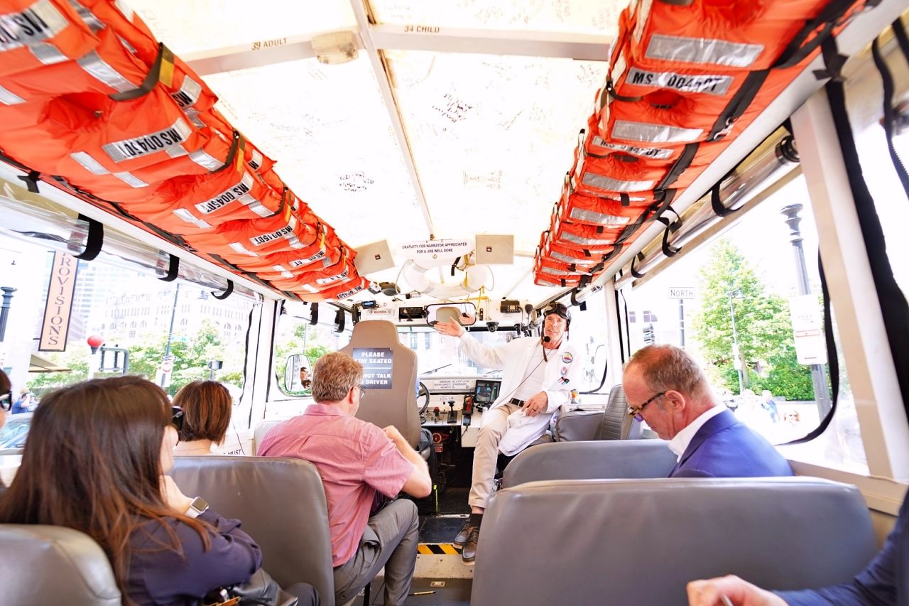 水陸両用バスに乗り込むとツアースタート!