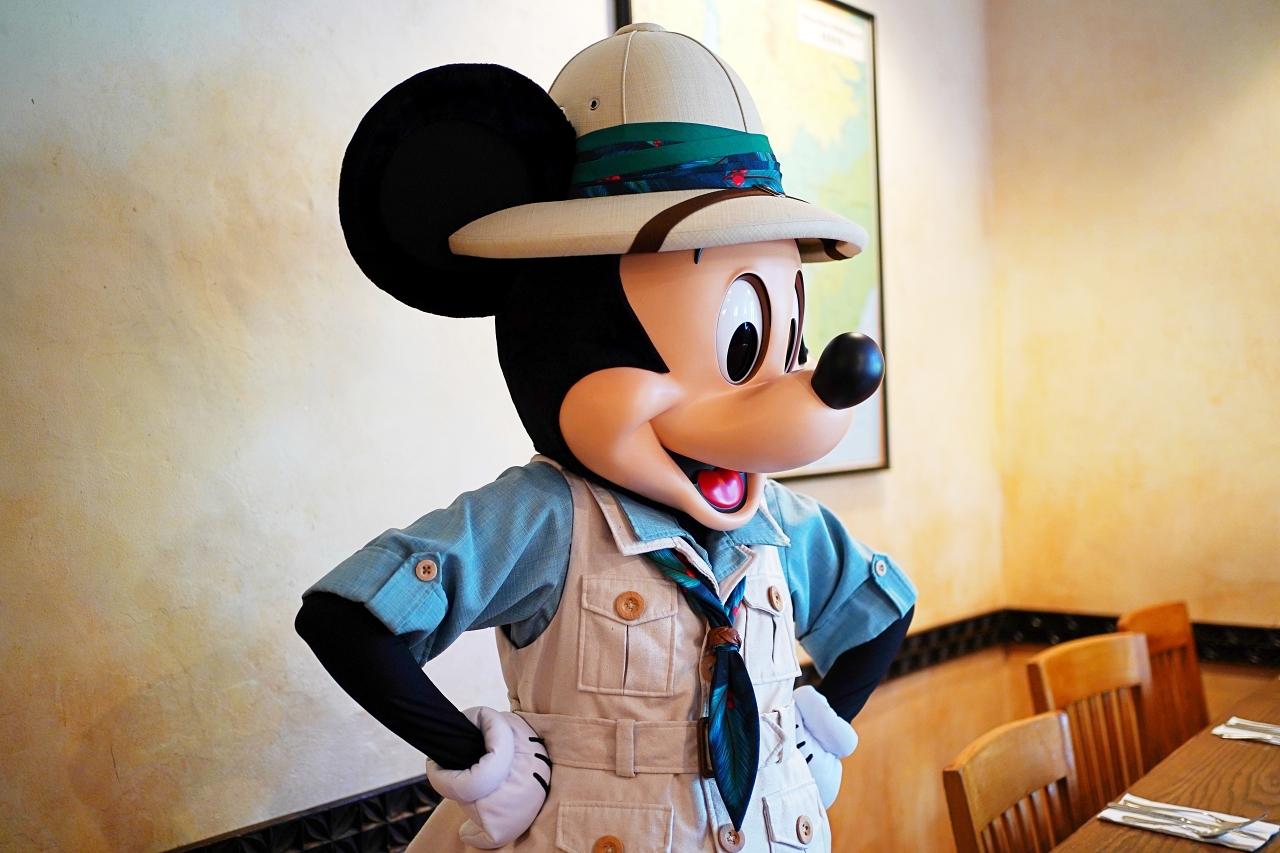 「タスカーハウス・レストラン」でサファリルックのミッキーたちと記念撮影!