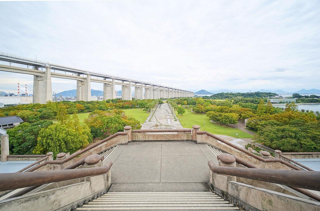 ユニークな建物と!瀬戸大橋記念公園