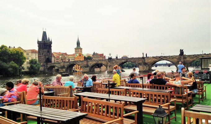 演奏付きクルーズでプラハの街並みを眺めながら優雅に飲む!「プラーグ・ボート」