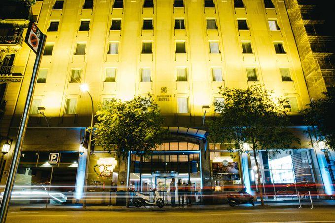 広々としたルセリョ通りに面したエントランスで夜も安心