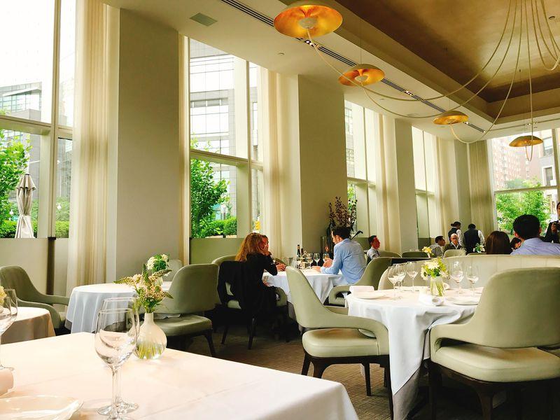 緑が綺麗に映える洗練されたレストランのインテリア
