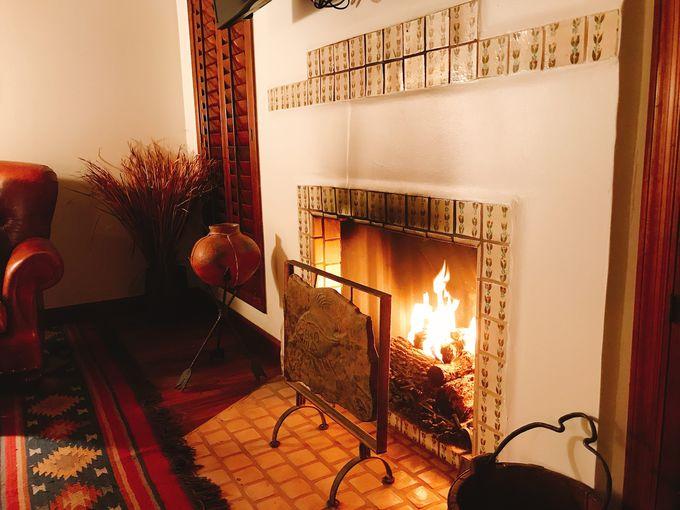 砂漠の夜は暖炉つきのお部屋でリラックス