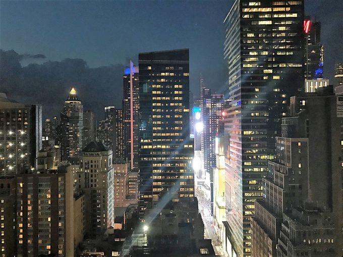 タイムズスクエアの夜景が大迫力で楽しめる!「スカイラーク」