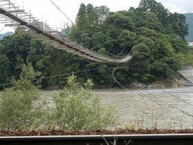 恐怖度120%!話題の吊り橋をSLと一緒に楽しむ事の出来る静岡県川根本町