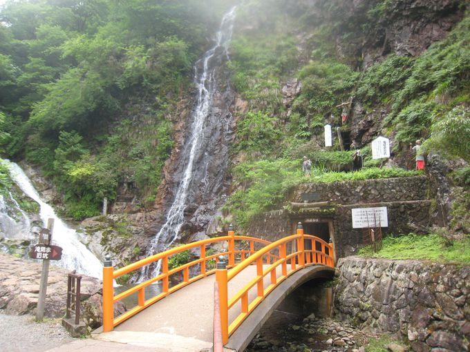 坑道入り口前にある美しい滝の流れ