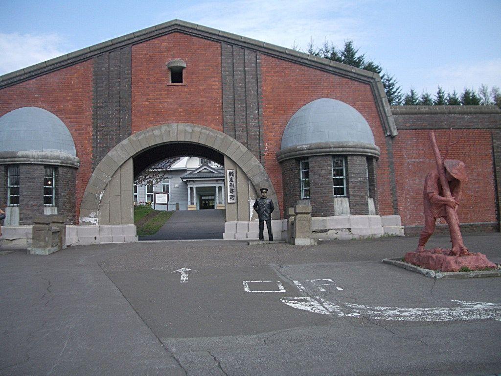 特殊な煉瓦で造られた正門