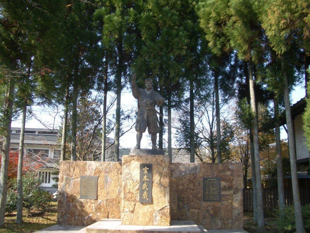 「武蔵の里五輪坊」敷地内に建つ武蔵像
