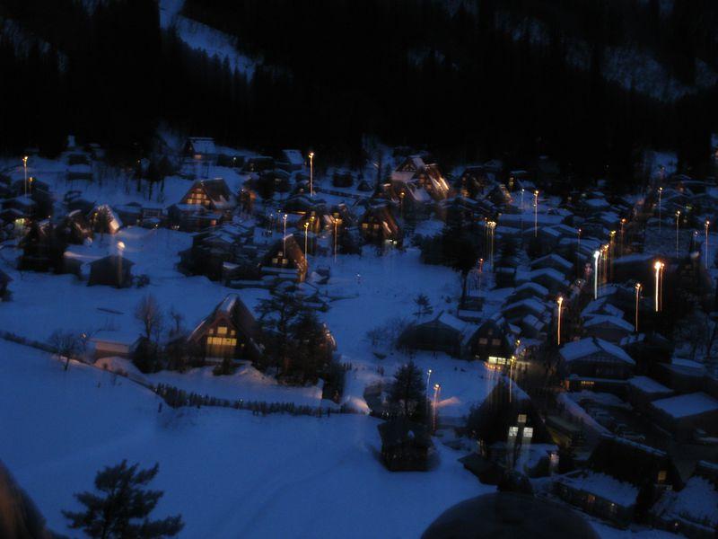 白銀に浮かび上がる世界遺産「白川郷」ライトアップされた幻想的な風景はまるで絵葉書!