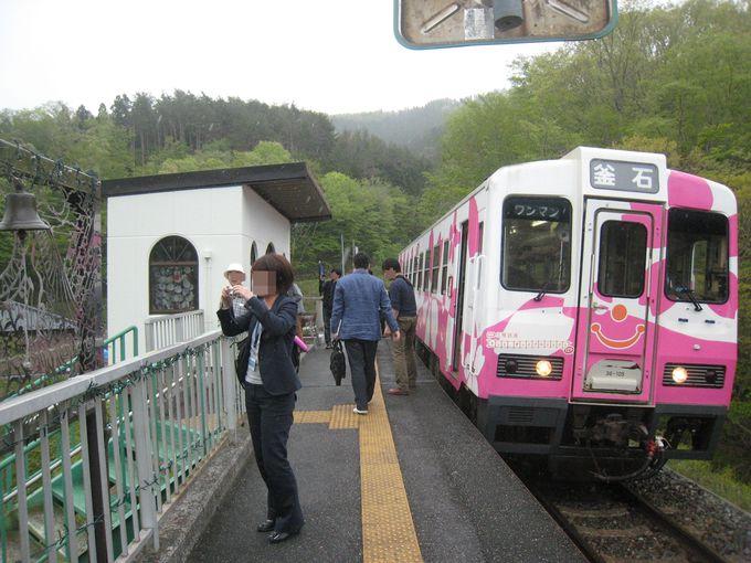 ピンクの車体が可愛い・釜石行の列車