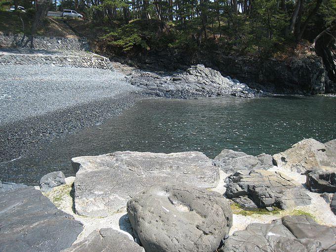 美しい碁石を引きつめたような浜