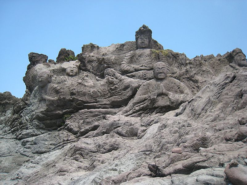 海沿いに並ぶ22体の磨崖仏!山形県遊佐町「十六羅漢岩」