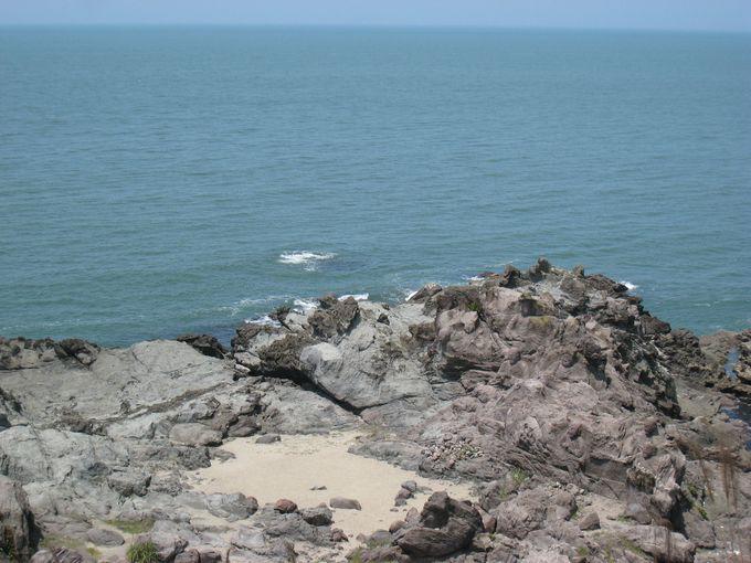 日本海を背景にした磨崖仏の自然美