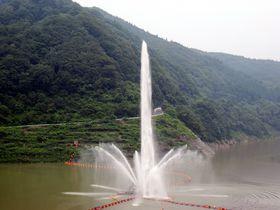 高さ日本一!山形・月山湖の「水の舞」で夏の涼を!