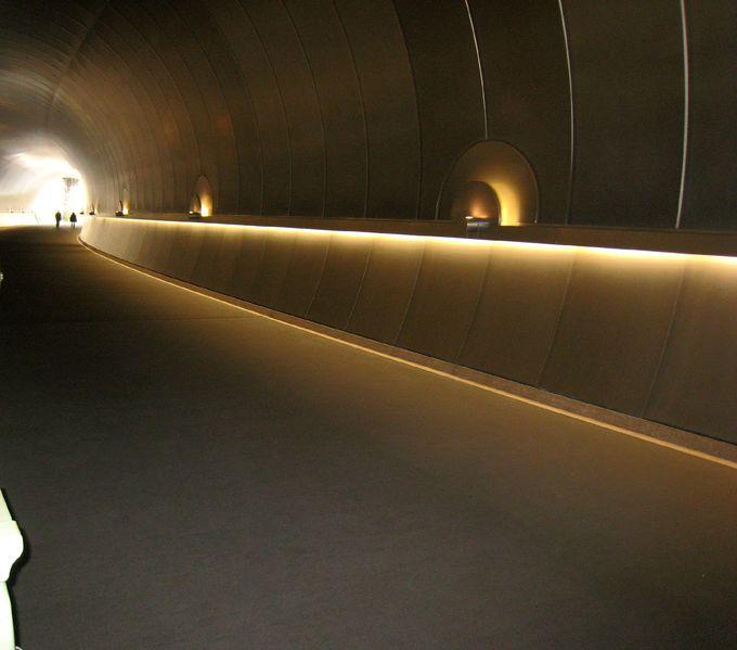 トンネルを彩る光のオブジェ