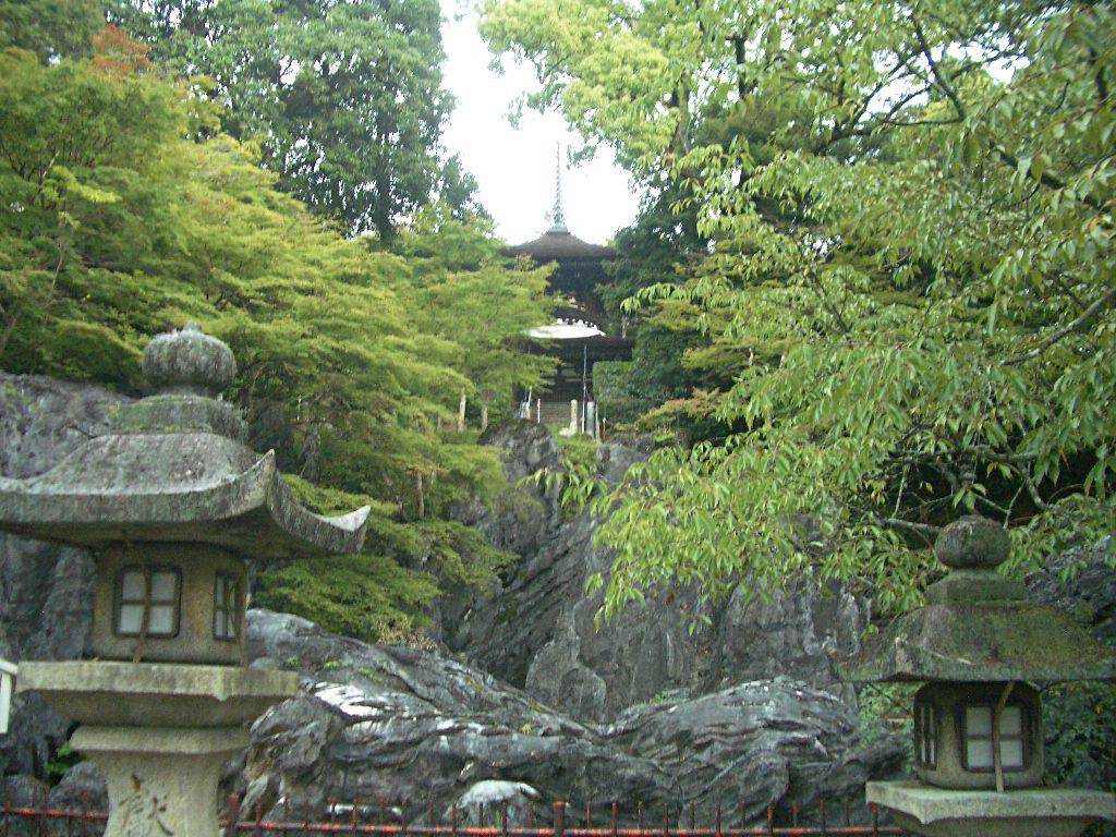 天然記念物の岩の上に建つ「石山寺」