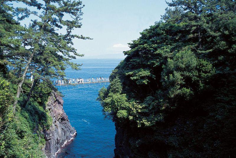 スリル満点!断崖絶壁に架かる「門脇吊橋」〜伊東・城ケ崎海岸