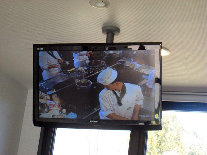モニターテレビで天ぷらを揚げる姿が!