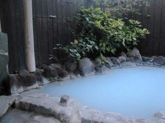 別府でも珍しい七変化するブルーの湯