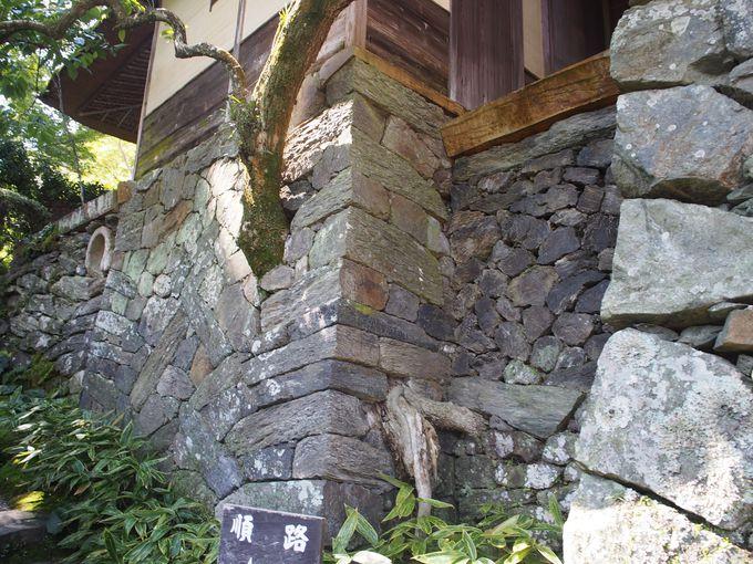 積み方を変えた石垣が美しい