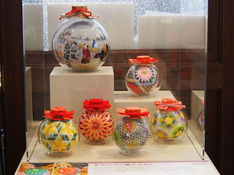 瓶の中に手まりが!不思議で可愛い滋賀県愛荘町「びん細工手まり」