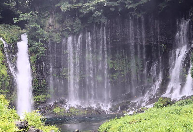 絹糸を引く様な景観!優しく流れる富士宮「白糸の滝」