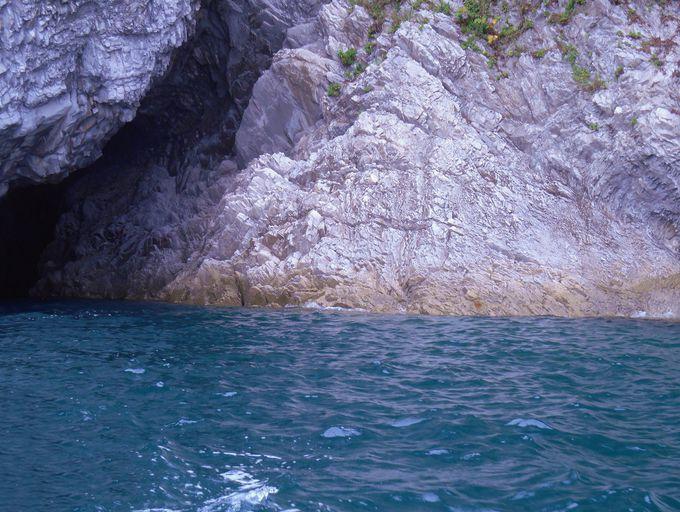 日本にもある!陽の光に優しく輝いている浄土ヶ浜の「青の洞窟」は息をのむ美しさ