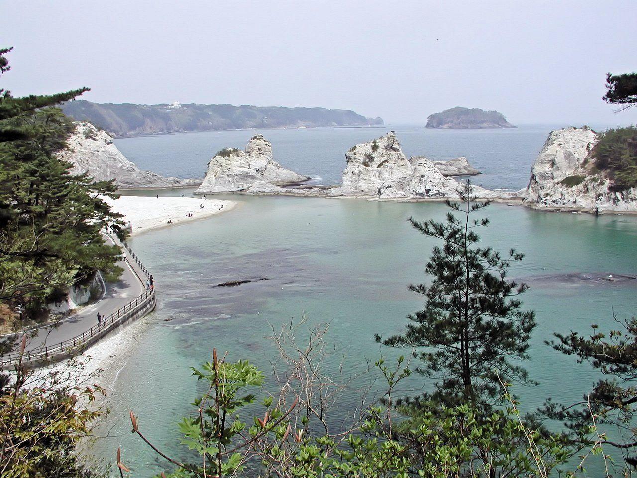 波穏やかな白い入江は約5200万年前に白い岩と白い小石で形成された