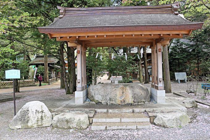 北アルプスの雪解けが湧き出る穂高神社の御神水