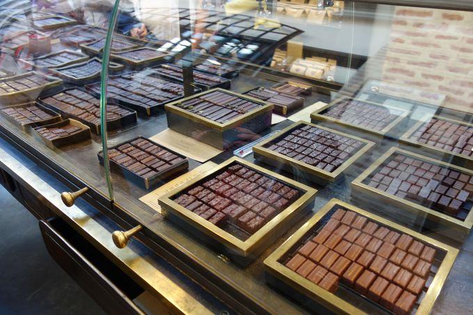 珠玉のボンボンショコラが並ぶガラスケース