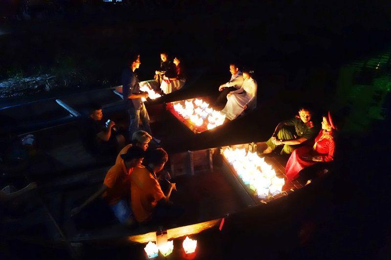 満月の夜のランタン祭り名物は灯篭流し
